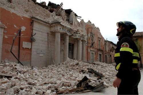 Одно из исторических зданий Л'Акуилы после землетрясения 2009 года