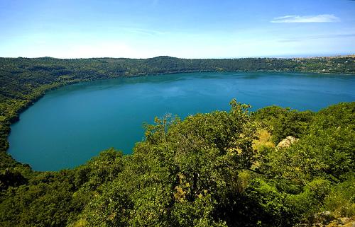 О вулканическом происхождении озера Альбано говорит его круглая форма