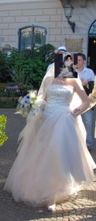 Re в каком платье выходят замуж в