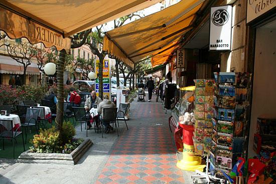 Кафе и сувенирные лавки в Диано-Марино