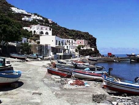 http://italia-ru.com/files/alicudi_porto.jpg