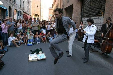 http://www.italia-ru.it/files/artisti_di_strada_a_ferrara.jpg