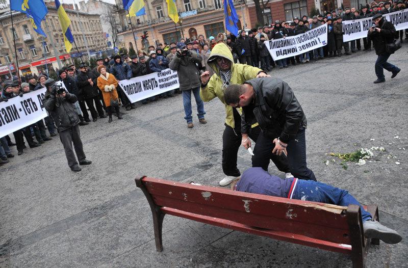 Львовские неофашисты избили бабушку, которая несла цветы к памятнику Ленину!