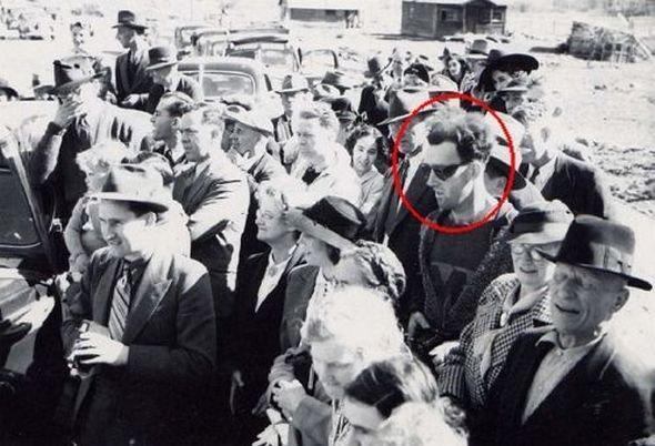 На фотографии из прошлого замечен человек из будущего