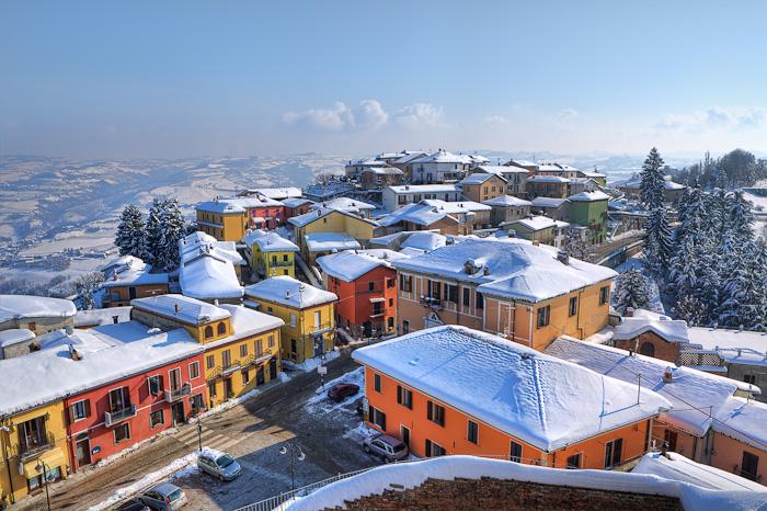 Вид на город Диано д'Альба зимой