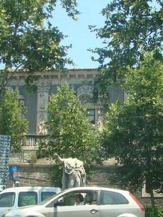 Памятник без головы - уже года полтора так стоит в центре Катании