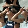 Италия с запрокинутой головой: сегодня можно наблюдать частичное солнечное затме
