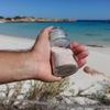 """Сардиния: двое туристов возвращают песок с """"розового"""" пляжа спустя 50 и 30 лет"""