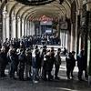 """Центр Турина переполнен: местные жители и туристы """"охотятся"""" за мега-скидками"""