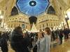 Атмосфера Рождества: в Миланской галерее зажглись огни блестящей ели от Swarovsk