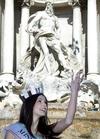 Мисс Италии бросила монетку лиры в фонтан Треви по случаю празднования 10-летия