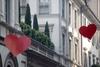 День Святого Валентина: красные сердца на улице Монтенаполеоне в Милане (Фотореп
