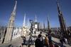 Милан: скульптуры Тони Крэгга между шпилями Дуомо