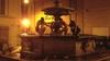 Рим, туристы-вандалы танцуют обнаженными в фонтане 1500 года
