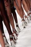 Женщины сходят с ума по обуви