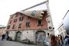 """""""Fuorisalone"""": на миланской улице Тортона появилось здание с фасадом """"на молнии"""""""