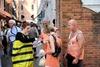 В городах Италии появились люди-пчелы
