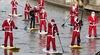В регионе Марке Деды Морозы занимаются бегом, велоспортом и серфингом