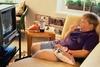 Просмотр телевиденья во время приема пищи является одной из основных причин ожир
