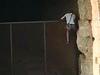 Вооруженный кастетом поляк в самом разгаре дня преодолел защитный забор и забрал