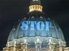 Сегодня на куполе собора Святого Петра в Риме высветилось обращение к политикам
