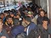 Нелегальные иммигранты из Северной Африки штурмуют границу с Францией, но полици