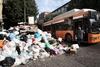 Неаполь снова задыхается от мусора, горы отходов повсюду