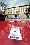 Багровые воды фонтанов Неаполя – символ крови жертв войны в Газа