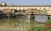 Двое украинских туристов оставили надписи на самом знаменитом мосту Флоренции