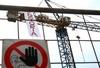 В Брешии иммигранты в знак протеста забрались на 25-метровый кран