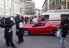 """Сегодня во Флоренции водитель""""Феррари"""" припарковался около Дуомо, чтобы сходить"""