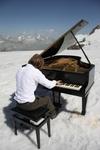 Итальянский пианист сыграл вживую на леднике в Альпах