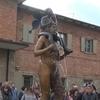 Неординарный фонтан, установленный в центре города Вергато, не дает покоя полити