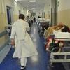 В Бергамо пациент скорой помощи, уставший ждать очереди, напал с кулаками на мед