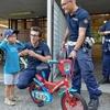 Полицейские из Милана купили ребенку велосипед вместо украденного в день его рож