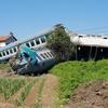 В Италии пассажирский поезд сошел с рельсов при столкновении с литовской фурой