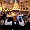 В Миланской Галерее разрезали самый большой панеттоне в мире