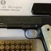 В Болонье один прохожий приказал другому надеть маску, направив на него пистолет