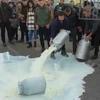 Фермеры Сардинии разливают молоко в знак протеста против низких закупочных цен