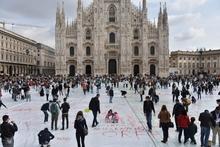 Милан, гигантский белый холст, чтобы высказаться против насилия