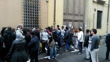 Болонья: будущие граждане Италии проводят ночи ожидания у дверей Префектуры