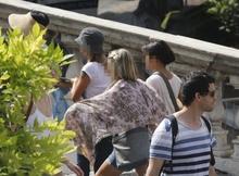 Рим, карманники выдают себя за туристов, чтобы приблизиться к потенциальным жертвам