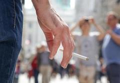В Милане с 2021 года запретят курить на автобусных остановках, в парках и стадио