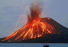 После последнего извержения вулкана остров Стромболи осадили туристы