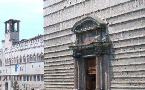 perugia_cattedrale_di_san_lorenzo_e_sullo_sfondo_palazzo_dei_priori.jpg