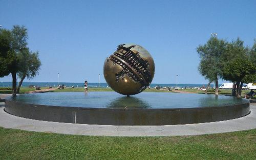 sfera_grande_di_armaldo_pomodoro_a_pesaro.jpg