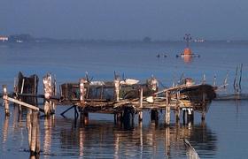 Озеро Лезина от Адриатического моря отделяют 1,5 км суши