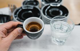 Стакан воды к кофе: правило или ошибка?