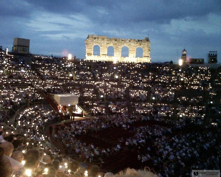 Вечерний вид на самый большой в мире оперный театр Арена в Вероне