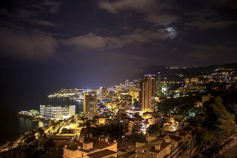 Мой сын хороший фотограф . Это одна из его фотографий. Монако в лунном свете.
